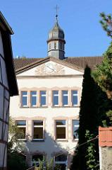 Dachturm und Schuluhr, Fassade mit Schmuckelementen - Pestalozzischule in Duderstadt.