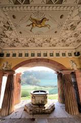 Dorische Säulen - Brunnen nach einem Entwurf von  Martin Gottlieb Klauer, der auch den Wandschmuck vom römischen Haus in Weimar geschaffen hat.