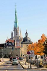 Blick zur historischen Stadtmauer und Stadttor / Frauentor von Mühlhausen/Thüringen; dahinter der gotische Kirchturm der Marienkirche.