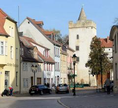 Blick durch die Marienstraße zum Marientor in Naumburg (Saale), Teil der ehemaligen historische Stadtbefestigung - erbaut 1446. Im 16. bis zum 19. Jahrhundert wurde die Anlage als Gefängnis genutzt.