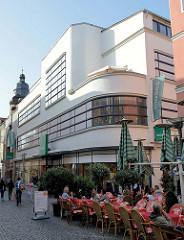 """Ehem. Kaufhaus """"M. Conitzer und Söhne"""" in der Erfurter Straße von Gotha; 1904 nach Plänen von Richard Klepzig erbaut, 1928 nach Plänen von Bruno Tamme im Bauhausstil  umgebaut."""