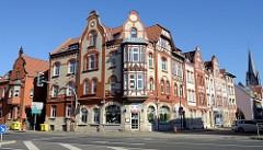 Eckgebäude mit Ziegelfassade und Zierbändern, Fachwerkerker - Architektur des Historismus; Wohn- und Geschäftshaus an der Karl-Marx-Straße / Kiliansgraben in Mülhausen.