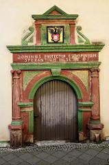 Historische Eingangstür, errichtet 1605 an der Rathausstraße in Mühlhausen.