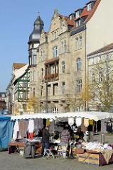 Marktstand mit Spitzendecken / Tischdecken auf dem Marktplatz in Eisenach.
