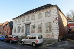 Historische Architektur in der Lübecker Straße von Bad Segeberg - Gaststätte / Bäckerei Höhlenkrug, erbaut Ende des 18. Jahrhunderts - jetzt geplanter Umbau / Neubau zur Senioren Wohnanlage.