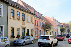 Wohnhäuser unterschiedlicher Baustile; Straße mit Kopfsteinpflaster  - Neustraße Naumburg, Saale.