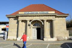 Nebengebäude am Bahnhof Weimar - neoklassizistischen Stil, errichtet 1922 - jetzt Nutzung durch ein Spielcenter.