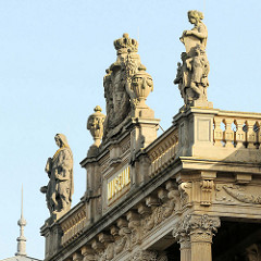 Portal / Skulpturen auf der Brüstung der Fassade vom Herzoglichen Museum Gotha; Baustil der Neorenaissance, eröffnet 1879 - Architekt  Baurat  Franz von Neumann der Ältere.