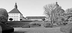 """Blick vom Schlossgarten auf das Schloss Friedenstein in Gotha. Nach den Plänen des Architekten Caspar Vogel führte der Baumeister Andreas Rudolph den Schlossbau 1643–1654 für Herzog Ernst I. von Sachsen-Gotha (""""Ernst der Fromme"""") aus."""