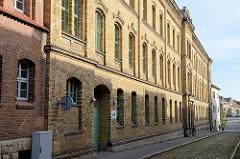 Alte Backsteinfassade der freien Schule im Burgenland Jan Hus; Schulstraße in Naumburg