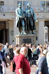 Das bronzene Doppelstandbild der deutschen Dichter Johann Wolfgang von Goethe und Friedrich von Schiller steht auf dem Theaterplatz in Weimar. Das Denkmal wurde 1857 eingeweiht - Bildhauer Ernst Rietschel.
