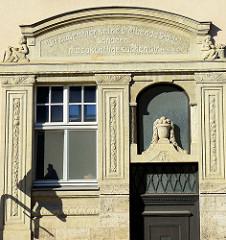 Eingangsportal eines Jugendstilgebäudes in Mühlhausen/Thüringen; Inschrift an der Hausfassade: wir haben hier keine bleibende Stadt sondern die zukünftige suchen wir.