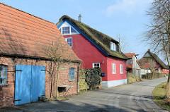 Wohnhäuser / Reetdachgebäude am Mühlendeich in Seestermühe.