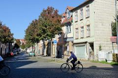 Wohnhäuser mit Geschäften im Erdgeschoss - Kilianistraße in Mühlhausen.