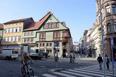 Blick vom Karlsplatz in die Fußgängerzone der Karlstraße von Eisenach; lks. das historische Gebäude der Stadtapotheke, um 1800 errichtet.