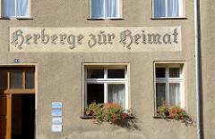 Schlichte Rauhputzfassade der Herberge zur Heimat in Naumburg; die christliche Institution wurde 1854 auf Anregung Johann Hinrich Wicherns gegründet.