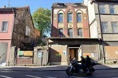 Leerstehende Gewerbegebäude / Wohnhäuser in der Wanfrieder Straße von Mühlhausen/Thüringen; die Ladenfenster einer ehem. Glaserei sind mit Holzplatten vernagelt.
