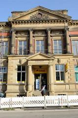 Historisches Eingangsportal vom ehemaligen Kaiserliches Postamt in Gotha, erbaut 1890.