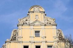 Giebel eines Wohn- und Geschäftshauses am Lindenring in Naumburg - das Gebäude mit den dem auffälligen Giebel steht unter Denkmalschutz.