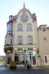Jugendstilgebäude mit Jugendstilfenster / geschwungenen Dekorleisten, Wohn- und Geschäftshaus in Mühlhausen.