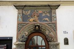 Renaissance Portal mit Relief am Simson-Haus in der Marienstraße von Naumburg - Bürgerhaus aus der zweiten Hälfte des 16. Jahrhunderts.