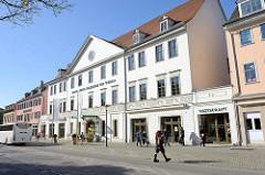 Grand Hotel Russischer Hof in Weimar am Goetheplatz; erbaut 1805 im Stil des Klassizismus. Zu seinen Gästen zählten beispielsweise Franz Liszt, Richard Wagner, Johann Wolfgang Goethe, Zar Alexander I.