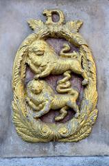 Goldenes Wappen an der Mariensäule in Duderstadt - Wappenlöwen mit D / Duderstädter Stadtwappen