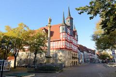 Historisches Rathaus und Mariensäule an der Marktstraße in Duderstadt.