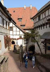 Burghof der Wartburg bei Eisenach. Die Burg wurde 1067 gegründet im 19. Jahrhundert größtenteils neu gebaut und gehört seit 1999 zum UNESCO Weltkulturerbe. der Reformator Martin Luther  hielt sich als Junker Jörg 1521/22 hier versteckt und übers