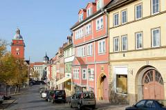 Wohnhäuser in der Straße Schlossberg in Gotha, im Hintergrund der Rathausturm der Stadt.