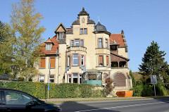 Große Jugendstilvilla mit Scheingiebel und Erkerturm in der Wartburgallee von Eisenach.