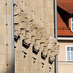 Fassade eines Geschäftshauses / Kaufhauses in Eisenach; Steinbüsten unterschiedlicher Nationalitäten / Völker.