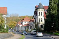 Blick in die Wartburgallee von Eisenach; im Vordergrund eine Jugendstilvilla dahinter die Wandelhalle; erbaut um 1900.