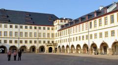 """Blick in den Hof vom Schloss Friedenstein in Gotha. Nach den Plänen des Architekten Caspar Vogel führte der Baumeister Andreas Rudolph den Schlossbau 1643–1654 für Herzog Ernst I. von Sachsen-Gotha (""""Ernst der Fromme"""") aus."""