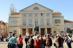 Theaterplatz in Weimar - Blick auf das Deutsches Nationaltheater und Staatskapelle in Weimar. Davor steht das bronzene Doppelstandbild der deutschen Dichter Johann Wolfgang von Goethe und Friedrich von Schiller.
