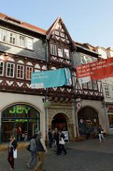 Blick in die Fußgängerzone der Karlstraße von Eisenach. Historisches Gebäude der Ratsapotheke um 1560 erbaut.