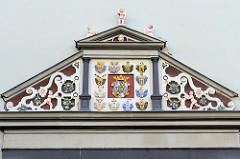 Portal mit Wappen am roten Schloss in Weimar, erbaut 1576 als Witwensitz der Herzogin Dorothea Susanne; jetzt Nutzung als Forschungsbibliothek.