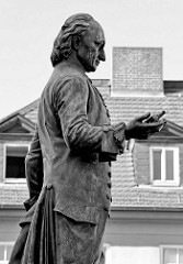 Bronzenes Standbild vom Pädagogen, Dichter, Schriftsteller, Übersetzer und Herausgeber Christoph Martin Wieland (1733-1813) auf dem Wielandplatz  in Weimar. Die Bronzeskulptur wurde 1857 eingeweiht - Bildhauer Hanns G. Gasser.