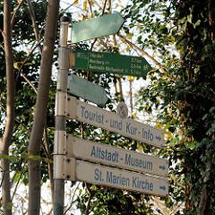Wegweiser / Hinweisschilder für Touristen, die die Sehenswürdigkeiten von Bad Segeberg Umgebung besuchen möchten.