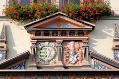 Wappen von Naumburg am Renaissanceportal des Naumburger Rathauses; ursprünglich erbaut Ende des 15. Jahrhunderts.