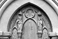 Holztor / Holztür  mit geschnitzten Figuren am Naumburger Dom.