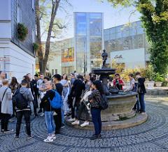Gänsemännchenbrunnen in Weimar gegenüber des ehemaligen Wohnhauses  von Friedrich Schiller. Der Brunnen ist eine Kopie der Nürnberger Brunnenanlage, die 1550 von Pankraz Labenwolf geschaffen wurde - aufgestellt 1864.