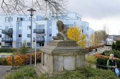 Denkmal der Kirchengemeinde Bad Segeberg - DEN TOTEN DER KRIEGE; im Hintergrund moderne Wohnhäuser.