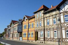 Eine geschlossene Straßenbebauung mit Fachwerkhäusern, unterschiedlich gestaltete Fassaden - Erker mit Schiefer verkleidet; Tonbergstraße in Mühlhausen.