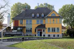 Große Villa mit bunter Fassade in Naumburg, jetzt Nutzung als Kindertagesstätte.