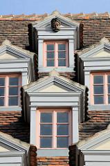 Dachfenster / Mansardfenster eines Wohnhauses, Geschäftshauses am Marktplatz in Naumburg.