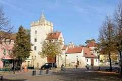 Blick über den Marienplatz zum Marientor in Naumburg (Saale), Teil der ehemaligen historische Stadtbefestigung - erbaut 1446. Im 16. bis zum 19. Jahrhundert wurde die Anlage als Gefängnis genutzt.