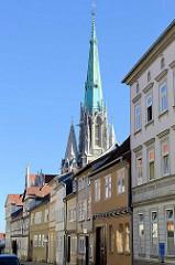 Wohn- und Geschäftshäuser in der Holzstraße von Mühlhausen, dahinter Kirchturm der Sankt Marienkirche.