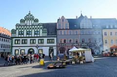 Blick über den Markt von Weimar zum historischen Stadthaus aus dem 15. Jahrhundert;  ursprünglich war der Renaissance-Bau ein Bürgerhaus mit Schankstube  und Verkaufsständen von erkennt Fleisch und Schumachern.