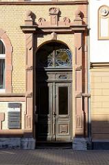Eingang eines Jugendstilgebäudes; Holzdoppeltür mit Jugendstiloberlicht - Wanfrieder Straße, Mülhausen.
